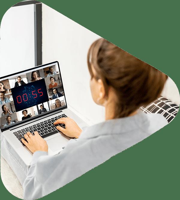 frau-spielt-eplayces-game-am-laptop